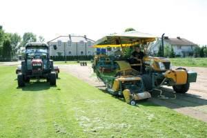zbieranie-trawy-w-rolki